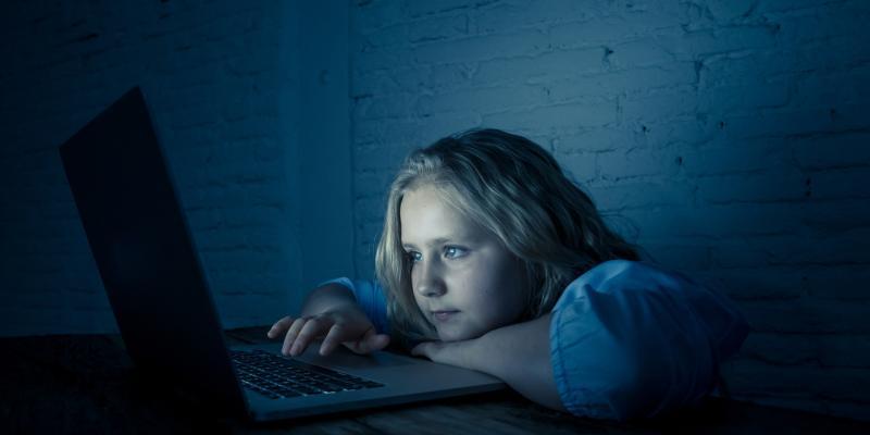 Wskazówki dla rodziców i dzieci jak mądrze korzystać z zasobów Internetu.