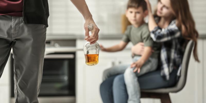 Jak funkcjonuje rodzina z problemem alkoholowym?